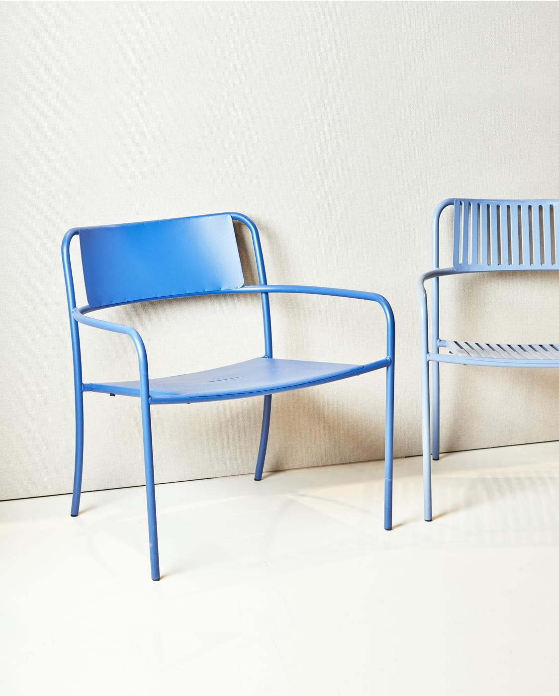 Chaises extérieures bleues en inox Tolix made in France